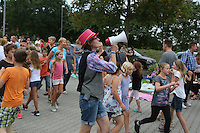 """Viel los beim """"Langweiler-Spiel"""" der Abschlussveranstaltung der Ferienspiele der Kinder- und Jugendförderung Trebur - Katrin Schwiebinger gibt mit dem Megafon Anweisungen"""