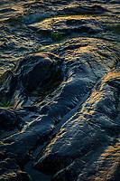 Svart klippa och vågor vid havet Torö Nynäshamn Stockholms skärgård