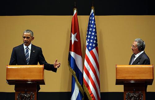 El presidente de Cuba Raúl Castro (d) y el presidente de Estados Unidos Barack Obama (i) participan el lunes 21 de marzo de 2016, de una rueda de prensa en el Palacio de la Revolución en La Habana (Cuba). EFE/ALEJANDRO ERNESTO