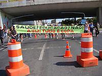 BRAS&Iacute;LIA, DF 15 DE JUNHO 2013. COPA DAS CONFEDERA&Ccedil;&Otilde;ES MANIFESTA&Ccedil;&Atilde;O EM DIRE&Ccedil;&Atilde;O AO EST&Aacute;DIO MAN&Eacute; GARRINCHA.  Nesta manh&atilde; de s&aacute;bado (15) na abertura da Copa das Confedera&ccedil;&otilde;es, uma grande manifesta&ccedil;&atilde;o movimentou se deslocou para frente do Est&aacute;dio Man&eacute; garrincha e provocou muitos manifestos contra a copa, est&aacute;dio e outros. <br /> <br /> FOTO RONALDO BRAND&Atilde;O / BRAZIL PHOTO PRESS