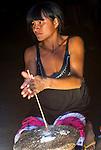 &Iacute;ndia Kalapalo fazendo artesanato na Aldeia Aiha no Parque Ind&iacute;gena do Xingu | Kalapalo woman making handicraft at Aiha Village in the Xingu Indigenous Park<br /> <br /> LOCAL: Quer&ecirc;ncia, Mato Grosso, Brasil <br /> DATE: 07/2009 <br /> &copy;Pal&ecirc; Zuppani
