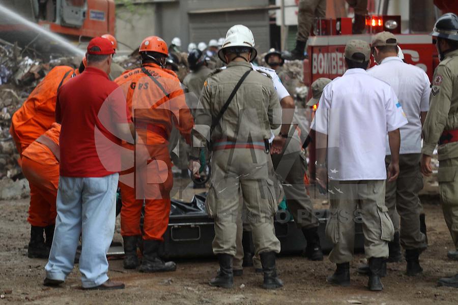 RIO DE JANEIRO, RJ, 27 DE JANEIRO DE 2012 - DESABAMENTO PREDIO RIO DE JANEIRO - Vista na manha de hoje (27) do local onde ocorreu o desabamento de três prédios na região da Avenida Treze de Maio, no centro do Rio de Janeiro, na noite 25 de janeiro. Um dos prédios que ruiu tem cerca de 20 andares, o outro, 10, e o terceiro, 4. Segundo o Corpo de Bombeiros, antes do desabamento teria havido uma explosão, FOTO: GUTO MAIA - NEWS FREEE