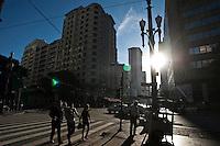 SAO PAULO, 21 DE JULHO DE 2012 -COTIDIANO- Na foto populares caminham entre os cruzamentos da avenida sao joao e ipiranga,centro de Sao Paulo na tarde deste Sabado. FOTO VAGNER CAMPOS BRAZIL PHOTO PRESS