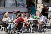 Imbiss am Stortorget, Ystad, Provinz Skåne (Schonen), Schweden, Europa<br /> food stall at Stortorget  in Ystad, Sweden