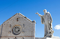Una veduta della statua e della Basilica di San Benedetto distrutta dalla scossa di terremoto di magnitudo 6.5 che ha scosso il centro Italia alle 7,41 del 30 ottobre, a Norcia, 31 ottobre 2016..<br /> A view of the statue and of the Monastery of St. Benedict collapsed after the magnitude 6.5 earthquake that hit Italy on 30 October, in Norcia, 31 October 2016.<br /> UPDATE IMAGES PRESS/Riccardo De Luca
