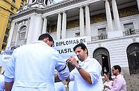 RIO DE JANEIRO, RJ, 03 DE JULHO DE 2013 -MANIFESTAÇÃO EM DEFESA DA SAÚDE PÚBLICA DO BRASIL- A manifestação convocada por médicos, convoca toda população a se juntar a eles para exigir melhorias na saúde, na manhã desta quarta-feira, na Cinelândia, no centro do Rio de Janeiro.FOTO:MARCELO FONSECA/BRAZIL PHOTO PRESS