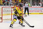 Laurin Braun (Krefeld Pinguine, Nr. 12) vor Nicolas Geitner (Duesseldorfer EG, Nr. 61)<br /> im DEL-Spiel der Duesseldorfer EG gegen die Krefeld Pinguine (06.03.2020). beim Spiel in der DEL, Duesseldorfer EG (rot) - Krefeld Pinguine (gelb).<br /> <br /> Foto © PIX-Sportfotos *** Foto ist honorarpflichtig! *** Auf Anfrage in hoeherer Qualitaet/Aufloesung. Belegexemplar erbeten. Veroeffentlichung ausschliesslich fuer journalistisch-publizistische Zwecke. For editorial use only.