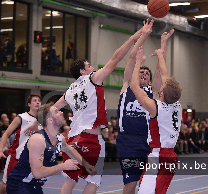 BBC Spie Izegem - Basket Sijsele : Gunther De Pauw in een luchtduel met Dries Vandamme (rechts) en Mathias Leperre (14)<br /> foto VDB / Bart Vandenbroucke
