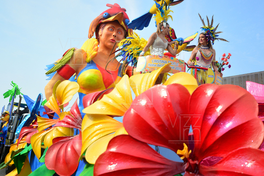 BARRANQUILLA - COLOMBIA, 02-03-2019: Reinas en una carroza animan la fiesta durante el desfile Batalla de Flores del Carnaval de Barranquilla 2019, patrimonio inmaterial de la humanidad, que se lleva a cabo entre el 2 y el 5 de marzo de 2019 en la ciudad de Barranquilla. / A queens in a float cheer the party during the Batalla de las Flores as part of the Barranquilla Carnival 2019, intangible heritage of mankind, that be held between March 2 to 5, 2019, at Barranquilla city. Photo: VizzorImage / Alfonso Cervantes / Cont.
