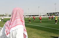 Fussball 1. Bundesliga:  Saison   2011/2012    Winter Trainingslager des FC Bayern Muenchen  03.01.2012 Einen katarischen FC Bayern Fan schaut beim Training zu.