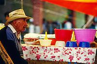 Alter Mann auf einem Dorffest nahe Puebla, Mexiko, Nordamerika