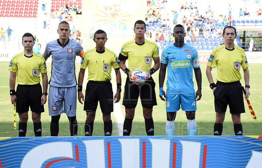 MONTERIA - COLOMBIA, 14-04-2018: Jose Escobar (#1), capitán del Chicó, John Alexander Ospina L (con el balón), árbitro, Ramon Cordoba (#4), capitán de Jaguares y Leonardo Pinilla, Yohan Peña y Jeison Castro, árbitros asistentes durante los actos protocolarios previo al encuentro entre Jaguares FC y Boyaca Chico por la fecha 15 de la Liga Aguila I 2018 jugado en el estadio Municipal de Monteria. / Jose Escobar (#1), captain of Chico, John Alexander Ospina L (with the ball), referee, Ramon Cordoba (#4), captain of Jaguares and Leonardo Pinilla, Yohan Peña and Jeison Castro, assitant referees during the formal events prior tha match between Jaguares FC and Boyaca Chico for the date 15 of the Liga Aguila I 2018 at the Municipal de Monteria Stadium in Monteria city. Photo: VizzorImage / Andres Felipe Lopez / Cont