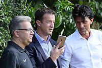 Vorstand Sport Fredi Bobic am Handy mit Sportmanager Bruno Hübner - Eintracht Frankfurt Trainingsauftakt, Commerzbank Arena