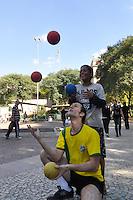 SAO PAULO, SP, 30 DE JUNHO DE 2012 - VIRADA ESPORTIVA SP - Publico participa de Acrobacias no Vale do Anhangabaú na manhã deste sabado (30), durante Virada Esportiva 2012, que acontece este final de semana em São Paulo. FOTO: LEVI BIANCO - BRAZIL PHOTO PRESS