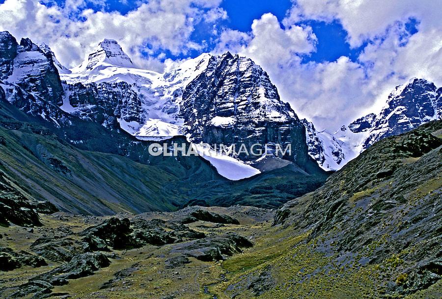Picos nevados na Cordilheira dos Andes. Bolivia. 1998. Foto de Juca Martins.