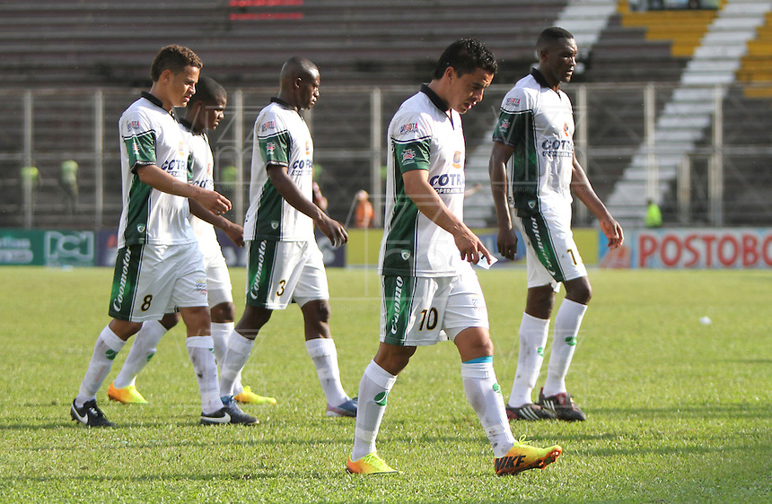 IBAGUE-COLOMBIA-10 -11-2013 : Jugadores de La Equidad  Seguros no pueden ocultar su tristeza al quedar eliminados de los cuadrangulares finales  de La Liga Postobon durante partido por la fecha 18 de la Liga Postobon II-2013 , jugado en el estadio Manuel Murillo Toro  de la ciudad de Ibague./  Equida Seguros  Players can not hide his sadness to be eliminated from the final runs of The Postobon  League  League match for the date 18 of the League Postobon II-2013, played at the Manuel Murillo Toro stadium in Ibague city..Photo:VizzorImage / Felipe Caicedo / Staff
