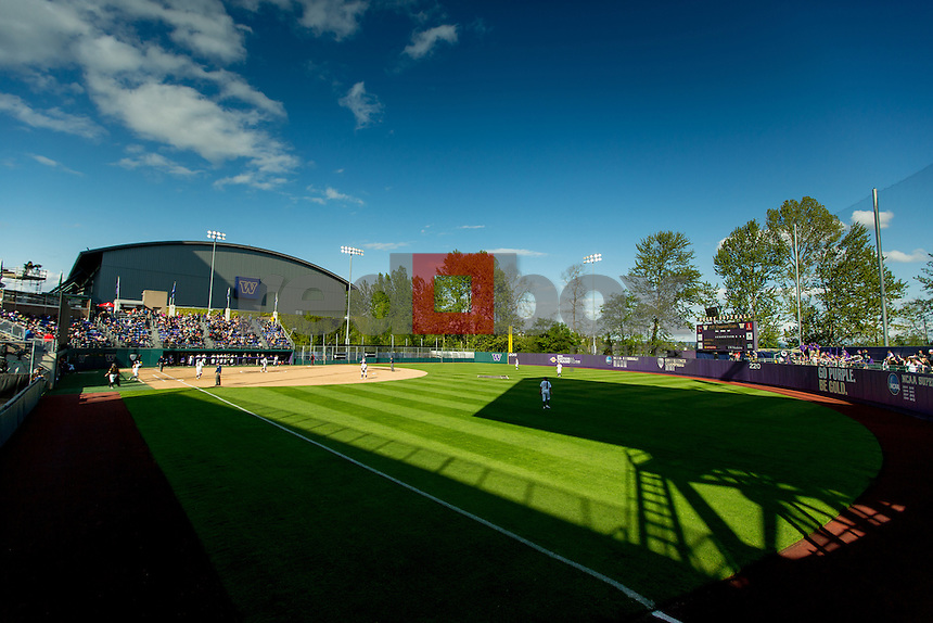 The University of Washington softball team defeats Arizona State University 3-2 in 10 innings on April 18, 2014.(Photo by Scott Eklund/Red Box Pictures)