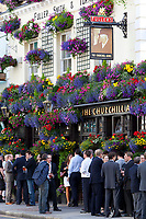 Grossbritannien, England, London, Kensington and Chelsea: auf ein Bier nach getaner Arbeit -The Churchill Arms blumengeschmueckter Pub an der Kensington Church Street | Great Britain, London, Kensington and Chelsea: After work drinkers outside flower decked The Churchill Arms pub on Kensington Church Street