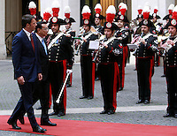 Il Presidente del Consiglio Matteo Renzi, sinistra, ed il Primo Ministro cinese Li Keqiang sfilano davanti al picchetto d'onore a Palazzo Chigi, Roma, 14 ottobre 2014.<br /> Italian Premier Matteo Renzi, left and Chinese Prime minister Li Keqiang review the honor guard at Chigi Palace, Rome, 14 October 2014.<br /> UPDATE IMAGES PRESS/Isabella Bonotto