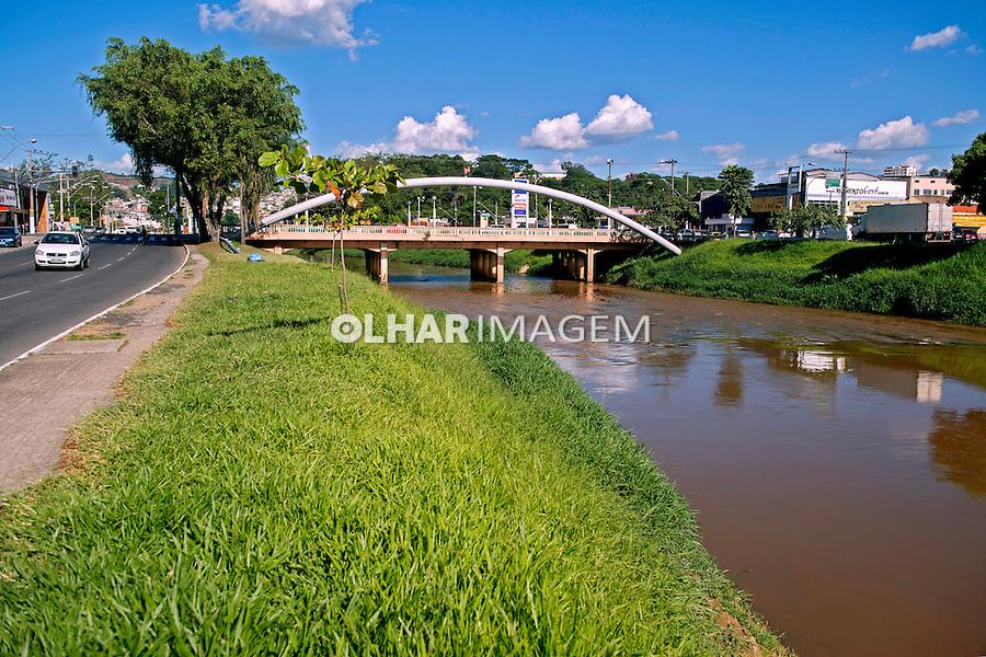 Ponte sobre o Rio Paraibuna em Juiz de Fora. Minas Gerais. 2014. Foto de Luciana Whitaker.