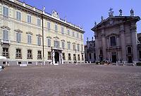 Mantova, Palazzo Vescovile e il Duomo in Piazza Sordello.<br /> Mantua, Palazzo Bianchi and the Cathedral in Piazza Sordello.