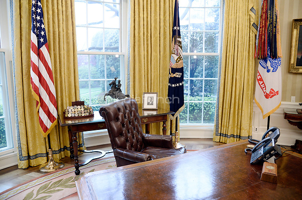 The Resolute desk is seen in the Oval Office of the White House March 31, 2017 in Washington, DC. <br /> Credit: Olivier Douliery / Pool via CNP /MediaPunch