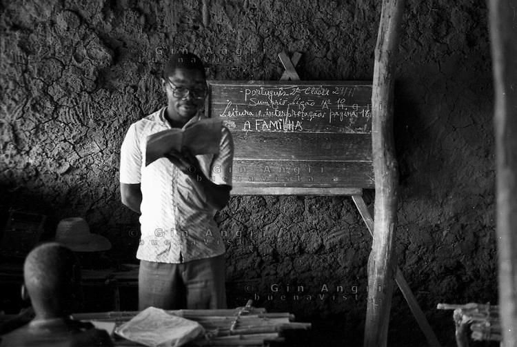 Mozambico, distretto di Chure. Maestro di  scuola elementare. La famiglia