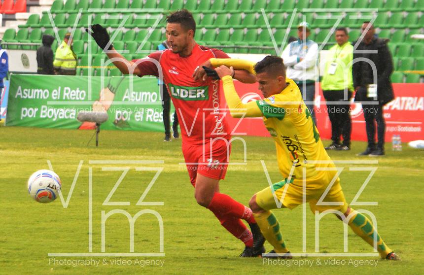 TUNJA- COLOMBIA, 4-11-2018:Kelvin Osorio (Izq.) jugador de  Patriotas Boyacá disputa el balón contra Jonathan Marulanda (Der.) jugador de Leones  durante partido por la fecha 18 de la Liga Águila II 2018 jugado en el estadio La Independencia de la ciudad de Tunja. /Kelvin Osorio  (L) player of Patriotas Boyaca fights the ball  against of Jonathan Marulanda (R) player of Leones during the match for the date 18 of the Liga Aguila II 2018 played at the La Independencia stadium in Tunja city. Photo: VizzorImage / José Miguel Palencia / Contribuidor