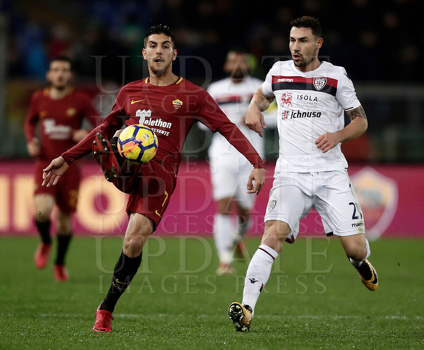 Calcio, Serie A: AS Roma vs Cagliari, Roma, stadio Olimpico, 16 dicembre 2017.<br /> Roma's Lorenzo Pellegrini (l) in action with Cagliari's Artur Ionita (r) during the Italian Serie A football match between AS Roma and Cagliari at Rome's Olympic stadium, December 16, 2017.<br /> UPDATE IMAGES PRESS/Isabella Bonotto
