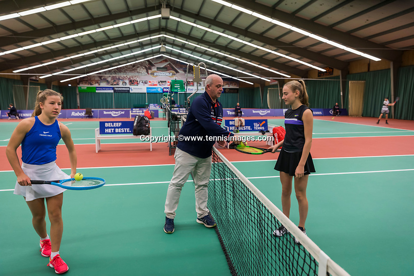 Wateringen, The Netherlands, December 8,  2019, De Rhijenhof , NOJK juniors 14 and18 years, Finals  girls 14 years toss with Isis van den Broek NED) (L) and Annelin Bakker (NED)	<br /> <br /> Photo: www.tennisimages.com/Henk Koster
