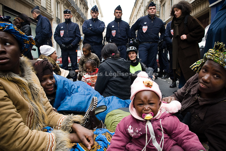 "At one point, the street was completely evacuated by the police who cordoned off the whole block in front of the ""Ministry of the Housing Crisis"". In response, the families organized a sit-in ifurther away for a full day, before being allowed back at  night after the interventions of some French famous personalities like Carole Bouquet, Gérard Depardieu, Josiane Balasko, Monseigneur Gaillot and others."