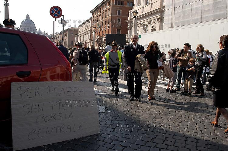 ROMA, 04-04-2005  PIAZZA SAN PIETRO, VIA DELLA CONCILIAZIONE.FEDELI IN ATTESA DI DARE L'ULTIMO SALUTO A PAPA GIOVANNI PAOLO II.FOTO SIMONA GRANATI