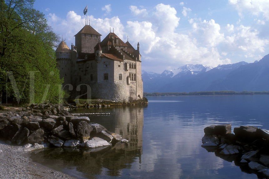 AJ1692, castle, Chillon, Lake Geneva, Switzerland, Montreux, Lord Byron, The Prisoner of Chillon, Vaud, Europe, Lac Leman, A picturesque view of the Chateau de Chillon a 13th century fortress on the calm waters of Lake Geneva with the Alps in the background in the Canton of Vaud.