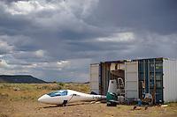 Container mit Segelflugzeugen: AFRIKA, SUEDAFRIKA, ORANJE FREE STATE, 15.01.2014: Container mit Segelflugzeugen, alle Einzelteile von fünf Segelflugzeugen passen in einen 40 feet Container, einige Segelflieger nutzen die afrikanische Sommersaison fuer Fluege und Training.
