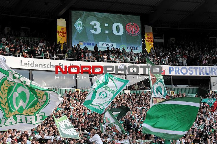 FBL 09/10  07. Spieltag Hinrunde / Weser Stadion<br /> Werder Bremen - Mainz05 3:0<br /> <br /> Feature - Anzeigentafel Endergebnis 3:0 mit Fans der Ostkurve<br /> <br /> Foto &copy; nph ( nordphoto )