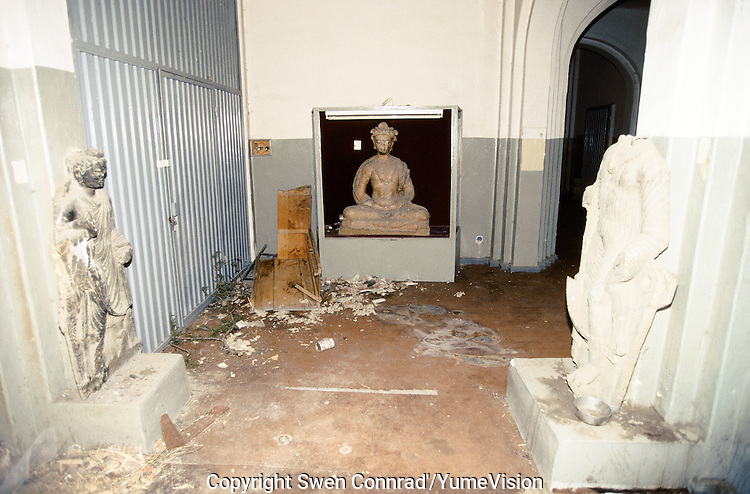 Sculptures of Buddha in the corridor of the National Museum in 1995..Under the Rabani and Massoud government in 1992-1996, the National Museum was  completely loot and destroy. .Kabul, Afghanistan.