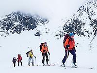Skiløpere med bretunge fra Svartfjelljøkelen i bakgrunnen. ----- Skiers in Loppa, Finnmark.