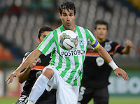 MEDELLIN- COLOMBIA - 10-09-2014: Juan P Angel (Der.) jugador de Atletico Nacional de Colombia de disputa el balon con Alejandro Bernal (Izq.) jugador de General Diaz de Paraguay durante partido de ida de la segunda fase, llave16, de la Copa Total Suramericana entre Atletico Nacional de Colombia y General Diaz de Paraguay en el estadio Atanasio Girardot del ciudad de Medellin.  / Juan P Angel (R) player of Atletico Nacional de Colombia vies for the ball with Alejandro Bernal (L) player of General Diaz of Paraguay during a match for the first leg of the second phase, key16, between Atletico Nacional de Colombia y General Diaz de Paraguay of the Copa Total Suramericana in the Atanasio Girardot stadium, in Medellin city. Photo: VizzorImage / Luis Rios / Str.