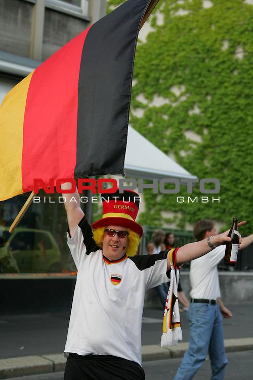 WM FIFA Fuflball Weltmeisterschaft 2006, 1000 Kasseler Fans feierten auf der Friedrich-Ebert-Strafle am 24. Juni den Sieg Deutschlands im Achtelfinale gegen Schweden und legten dabei den Verkehr still, Foto &copy; nordphoto *** Local Caption *** Foto ist honorarpflichtig! zzgl. gesetzl. MwSt.<br /> Belegexemplar erforderlich<br /> Adresse: nordphoto<br /> Georg-Reinke-Strasse 1<br /> 49377 Vechta
