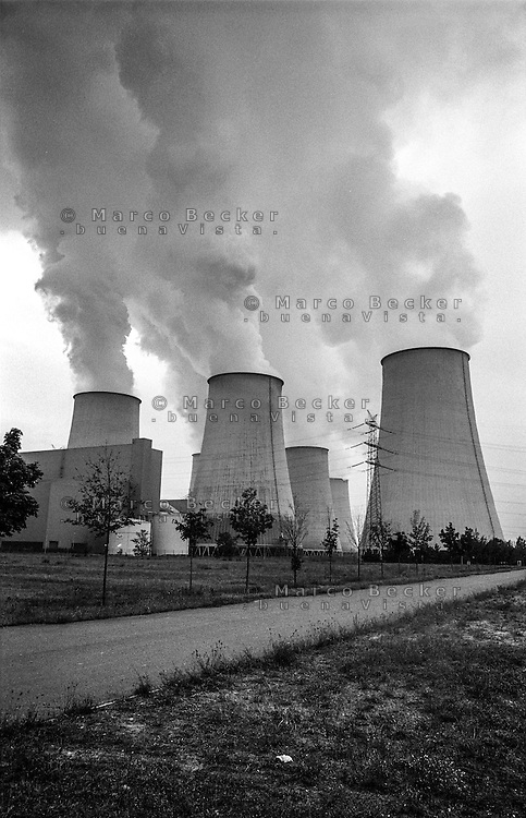 Germania, centrale termoelettrica a carbone Jänschwalde --- Germany, coal-burning thermoelectric power plant Jänschwalde