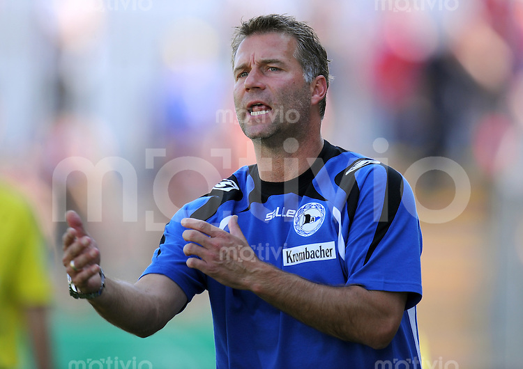 FUSSBALL     3. BUNDESLIGA     SAISON 2009/2010     01.08.2009 SpVgg Unterhaching - Arminia Bielefeld  0:3, Trainer  Thomas Gerstner (Bielefeld)