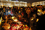 epa05006314 Russian people lay flowers and light candles to the memory of victims of the Russian MetroJet Airbus A321 accident in Sinai, Egypt, at the Dvortsovaya Square in St. Petersburg, Russia, 01 November 2015. A Russian plane with 224 aboard crashed in the Sinai, Egypt on 31 October 2015, killing all on board.  EPA/ANATOLY MALTSEV