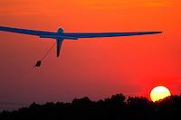 Start in den Abendhimmel: EUROPA, DEUTSCHLAND, HAMBURG, (GERMANY), 27.05.2005:Windenstart in Boberg, Windenstart, Segelflugzeug, Segelfliegen, Starten, in den Himmel, weite, Freiheit, Sonne, Sonnenuntergang, rot, in die Luft, Aufwaerts, Aufwind-Luftbilder.. c o p y r i g h t : A U F W I N D - L U F T B I L D E R . de.G e r t r u d - B a e u m e r - S t i e g 1 0 2, 2 1 0 3 5 H a m b u r g , G e r m a n y P h o n e + 4 9 (0) 1 7 1 - 6 8 6 6 0 6 9 E m a i l H w e i 1 @ a o l . c o m w w w . a u f w i n d - l u f t b i l d e r . d e.K o n t o : P o s t b a n k H a m b u r g .B l z : 2 0 0 1 0 0 2 0  K o n t o : 5 8 3 6 5 7 2 0 9.C o p y r i g h t n u r f u e r j o u r n a l i s t i s c h Z w e c k e, keine P e r s o e n l i c h ke i t s r e c h t e v o r h a n d e n, V e r o e f f e n t l i c h u n g n u r m i t H o n o r a r n a c h M F M, N a m e n s n e n n u n g u n d B e l e g e x e m p l a r !.