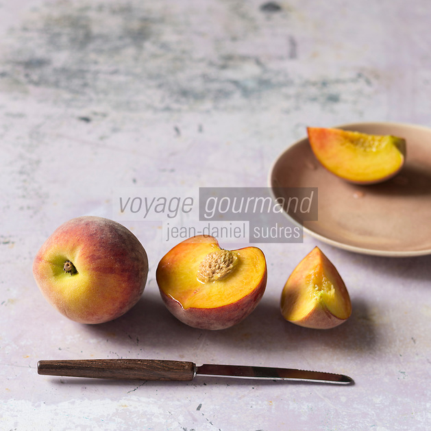 Gastronomie: Pêches jaunes   / Yelow peach - Stylisme : Valérie LHOMME