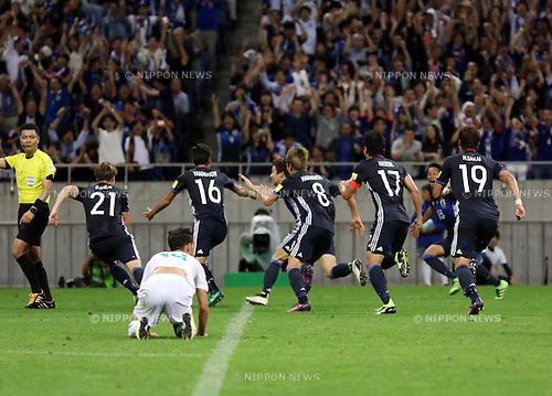October 6, 2016, Saitama, Japan - japan's Hotaru Yamaguchi (16) is celebrated from his teammates after he scored a goal during the World Cup 2018 qualifier in Saitama, suburban Tokyo on Thursday, October 6, 2016. Japan defeated Iraq 2-1 in the extra time.  (Photo by Yoshio Tsunoda/AFLO) LWX -ytd-