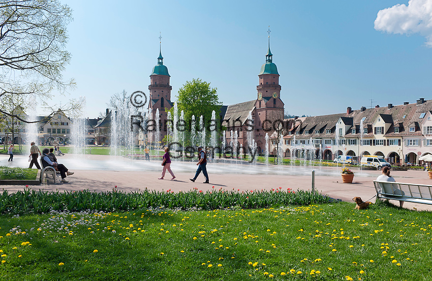Germany, Baden-Wurttemberg, Northern Black Forest, Freudenstadt: health resort, Lower Market Square at centre with Town Church | Deutschland, Baden-Wuerttemberg, Nordschwarzwald, Freudenstadt: heilklimatischer Kurort, Unterer Marktplatz im Stadtzentrum, Wasserfontaenen und Stadtkirche
