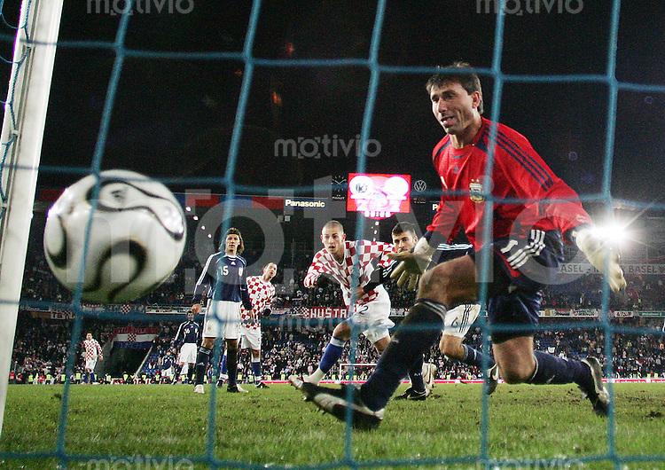 Fussball International Testspiel Kroatien - Argentinien Darijo Srna (CRO,mitte) erzielt im Zweikampf gegen Walter Samuel (ARG,hinten,re) das 3:2 foer Kroatien