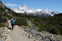 Argentina, Patagonia, El Chalten: View of Cerro Fitz Roy on Laguna de Los Tres hike, El Chalten, Patagonia, Argentina | Argentinien, Patagonien, El Chalten: Wanderer auf dem Laguna de Los Tres hike mit Blick auf Cerro Fitz Roy