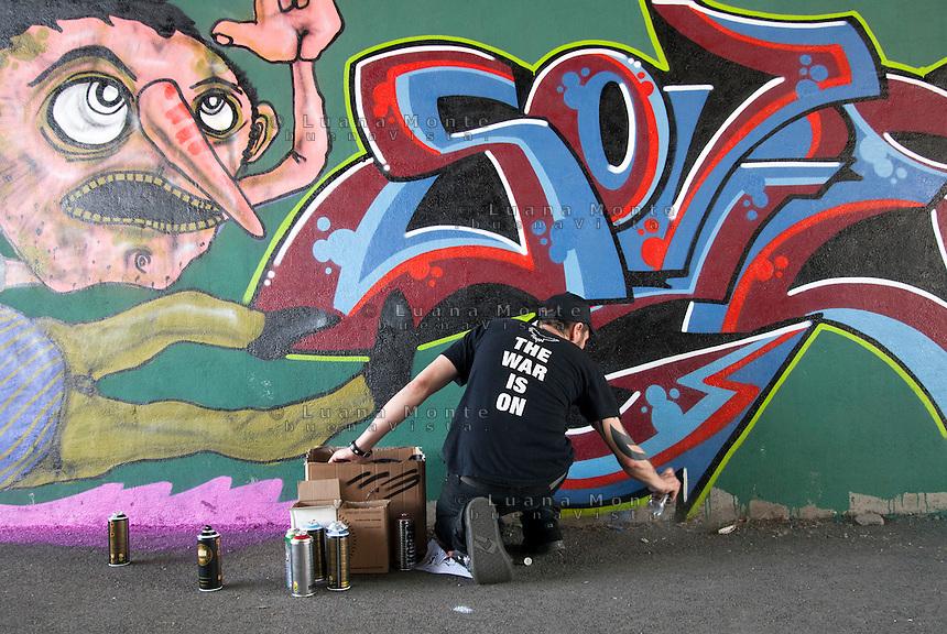 Murales realizzati a Quarto Oggiaro durante l'iniziativa antifascista di POQ (Partigiani in ogni quartiere) contro l'apertura di una nuova sede di Casa Pound Milano in uno stabile Aler del quartiere. Milano, 7 maggio, 2011...
