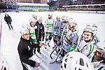 Stockholm 2014-03-01 Bandy SM-semifinal 1 Hammarby IF - V&auml;ster&aring;s SK :  <br /> V&auml;ster&aring;s tr&auml;nare Stefan &quot;Lillis&quot; Jonsson i en ring med glada V&auml;ster&aring;s spelare efter matchen<br /> (Foto: Kenta J&ouml;nsson) Nyckelord:  VSK Bajen HIF glad gl&auml;dje lycka leende ler le